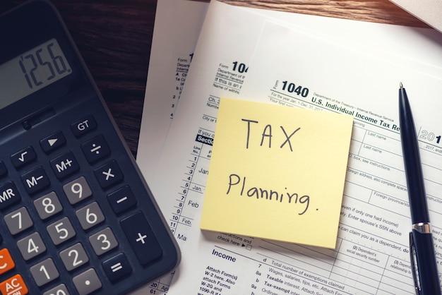 Schuldinning en belastingplanning met herinnering aan de deadline kalender met belastingformulier 1040 betalingsconcepten.