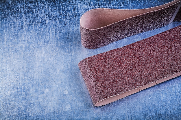 Schuurpapier op bekraste metalen tafelschurende materialen