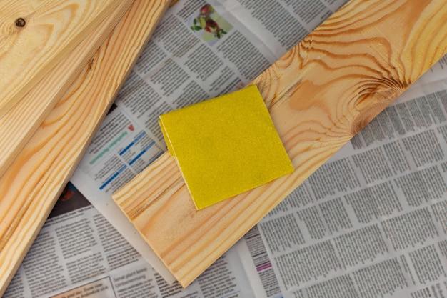 Schuurpapier op het bord, handmatige houtbehandeling