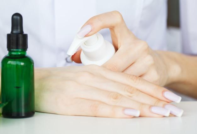 Scin care. de wetenschapper overhandigt het testen textuur van schoonheidsproducten