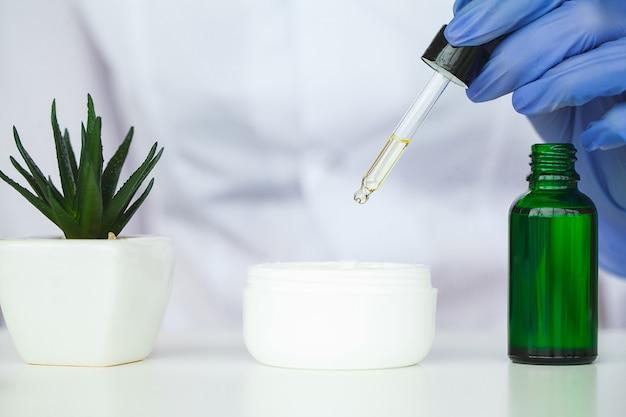 Scin verzorging. de wetenschapper overhandigt het testen textuur van schoonheidsproducten