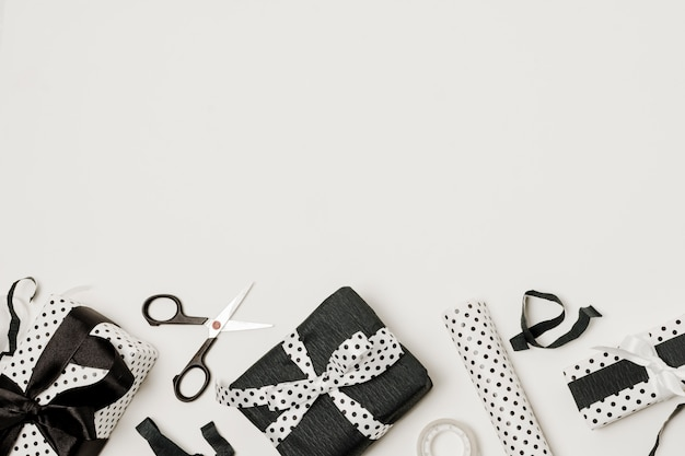 Scissor; ingepakt cadeau en ontwerppapier onderaan de achtergrond