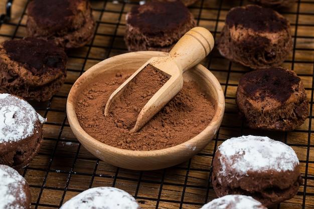 Sconechocoladeschilfer met kruimel op houten lijst