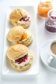 Scones met room en fruitjam