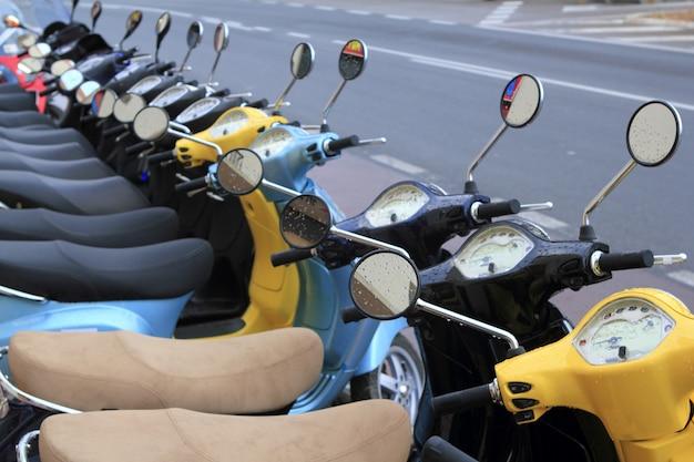 Scooter mototbikes rij veel in huurwinkel
