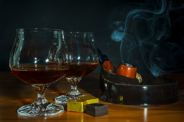 Scotch-drank en tabakspijp met rook