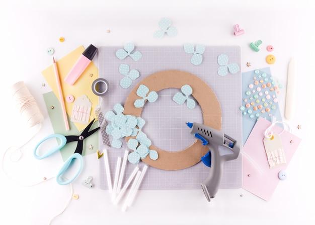 Scrapbooking masterclass. diy. maak een lente decor voor interieur - bloemen krans gemaakt van papier.