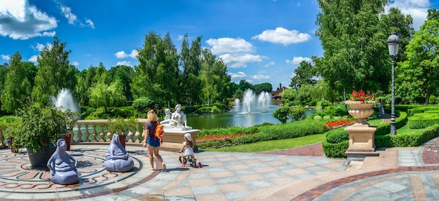 Sculpturen in het openbare park in de buurt van het honka-huis in de mezhyhirya residence, kiev, oekraïne, op een zonnige zomerdag