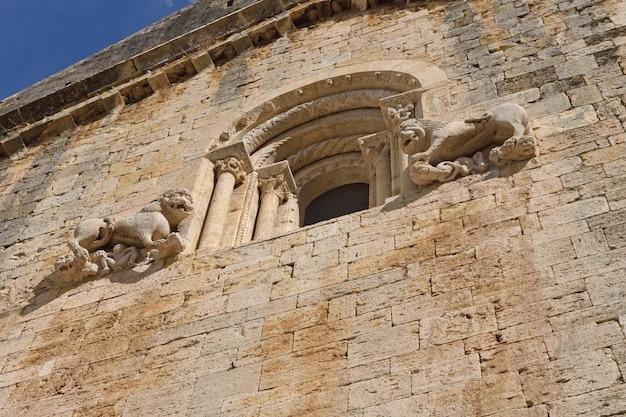 Sculpturen op de gevel van het romaanse klooster van sant pere besalu, (century x)