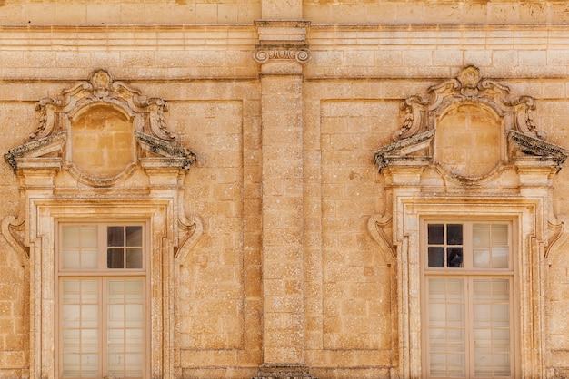 Sculpturen op de gevels van gebouwen en de architectuur van de stad mdina in malta s