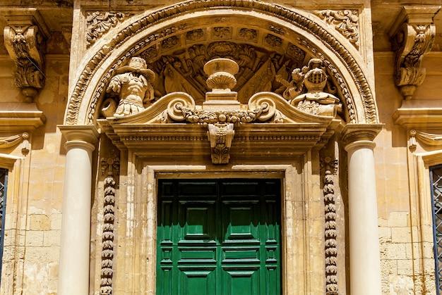 Sculpturen op de gevels van gebouwen en de architectuur van de stad mdina in malta