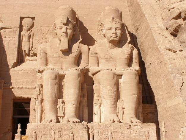 Sculpturen van farao's aan de grote tempel van hatshepsut in luxor, egypte
