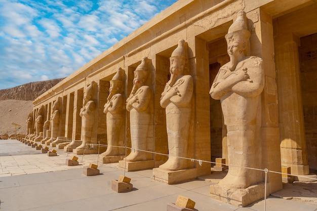 Sculpturen van farao's die de graftempel van hatshepsut in luxor binnenkomen. egypte