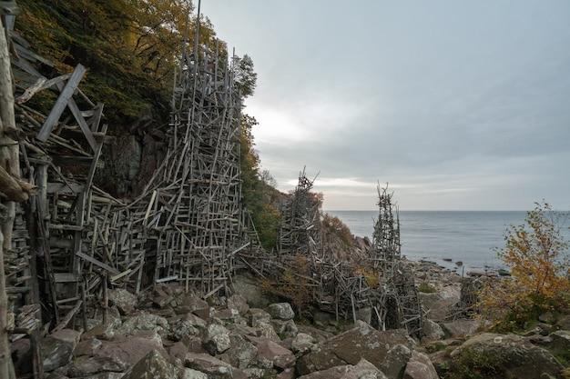 Sculptuur gebouwd door beroemde zweedse schandalige beeldhouwers, kunstenaar, ladonia. gelegen in nimis in het zuiden van zweden. sculptuur gebouwd van houten stokken