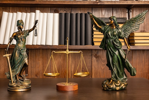 Sculptuur van de oude griekse godin van de overwinning nike en godin van rechtvaardigheid themis