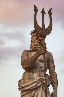 Sculptuur van neptunus met drietand