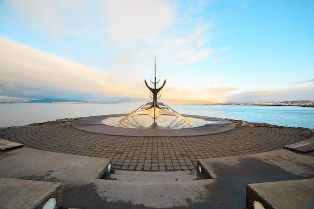 Sculptuur zonne-reiziger, viking-scheepsmonument in reykjavík, ijsland.
