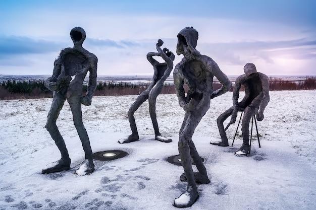 Sculptuurband van muzikanten bij de ingang van het perlan-gebouw, creatie van de beeldhouwer þorbjörg guðrún pálsdóttir: dansleikur / dance