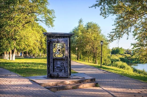 Sculptuurdeur naar vologda aan de oever van de rivier in vologda op een vroege zomerochtend