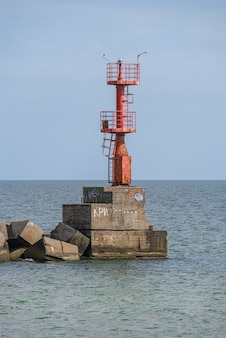 Sea gate-vuurtoren bij adzhalyk-estuarium