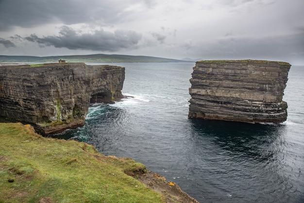 Sea stack bij downpatrick head in county mayo, ierland op een bewolkte dag