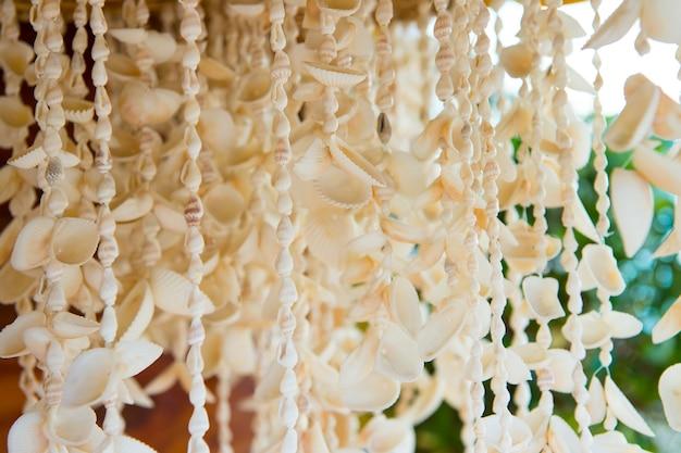 Seashell kettingen hangen te koop in key west, usa op onscherpe achtergrond. sieraden en versiering. souvenirs, geschenken en cadeaus. zomervakantie en vakantie. reis- en reisconcept