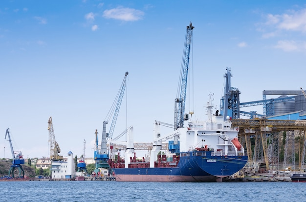 Sebastopol haven koopvaardijschip op vrachtligplaats