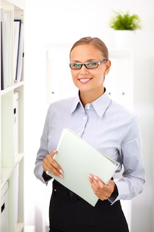 Secretaresse die een omslag