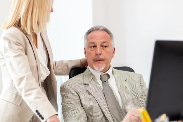 Secretaresse die haar chef bijstaat in zijn kantoor