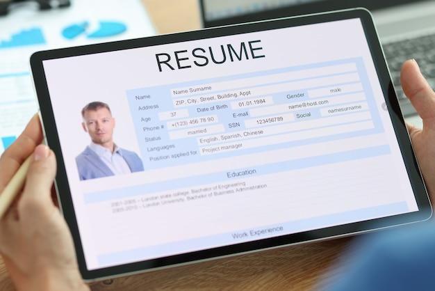Secretaresse onderzoekt elektronische vorm van man hervatten zoeken naar werk en hervatten schrijven concept