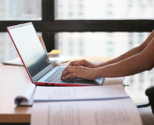 Secretaressevrouw die aan laptop voor bedrijfswerk werken