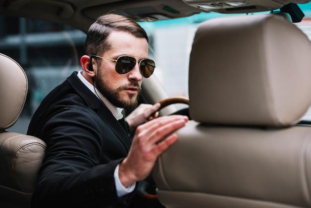 Secuirty bewaker in auto werken