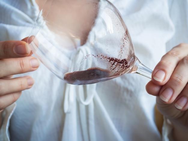 Sediment in een glas oude wijn. sediment in wijn