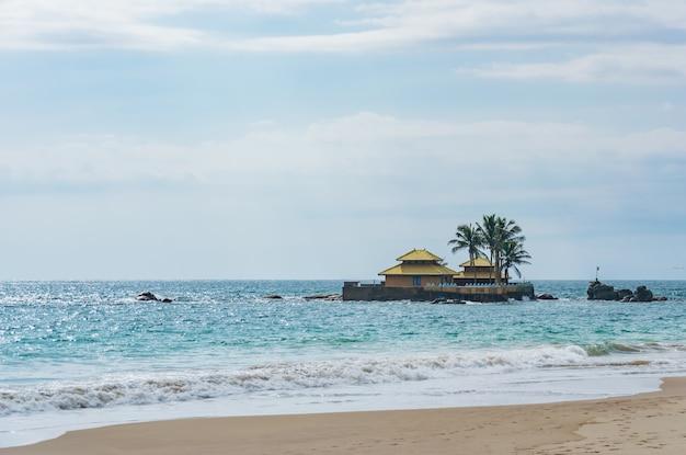 Seenigama muhudu viharaya is een boeddhistische tempel op het kleine eiland in de indische oceaan, hikkaduwa, sri lanka