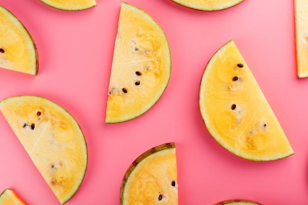 Segment van gele watermeloen op roze