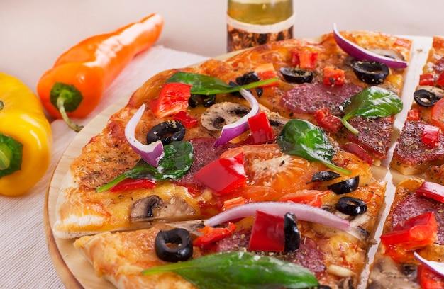Segment van heerlijke verse pepperoni pizza.