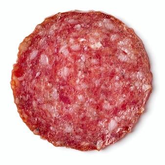 Segment van salami geïsoleerd op een witte achtergrond close-up.