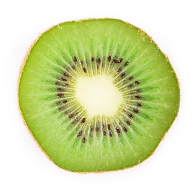 Segment van sappige, heerlijke en gezonde rijpe kiwi, geïsoleerd op een witte ondergrond