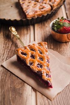 Segment van smakelijke taart met jam