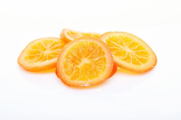 Segmenten gedroogde sinaasappelen of mandarijnen geïsoleerd. vegetarisme en gezond eten