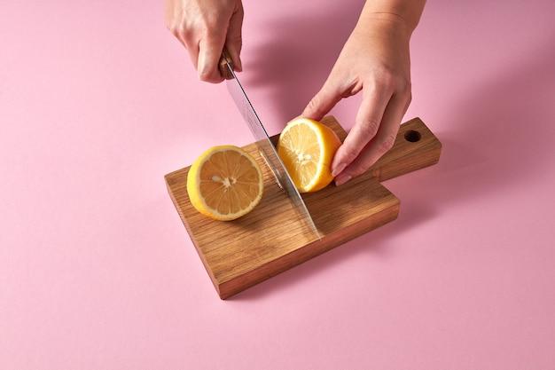 Segmenten van biologische verse gele citroen op een houten snijplank