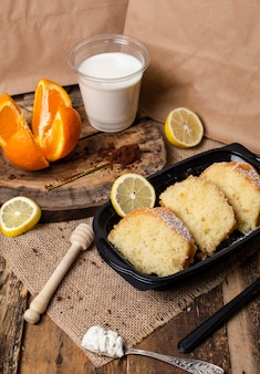 Segmenten van buscuit taart met yoghurt en citroensmaak met melk.