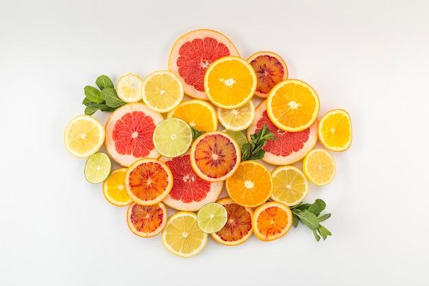 Segmenten van citrusvruchten in een stapel