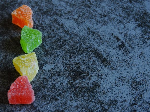 Segmenten van gekonfijt fruit.