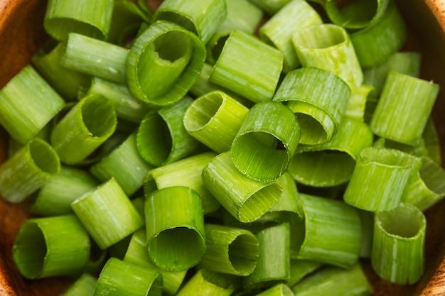 Segmenten van groene uien in een dichtbij en bovenaanzicht