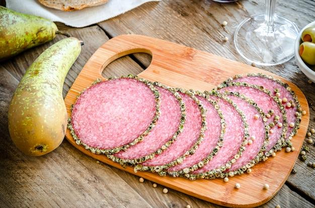 Segmenten van italiaanse salami met peren