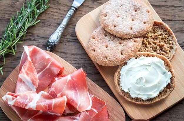 Segmenten van jamon en sandwich met roomkaas