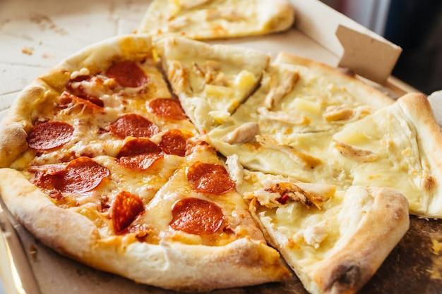 Segmenten van pizza met verschillende toppings in cartoon box levensstijl