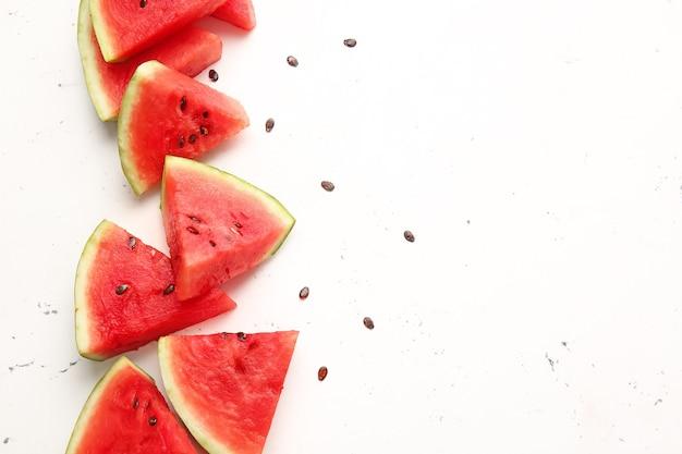 Segmenten van rijpe watermeloen op lichte ruimte