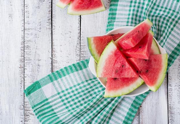 Segmenten van sappige en smakelijke watermeloen op een witte plaat